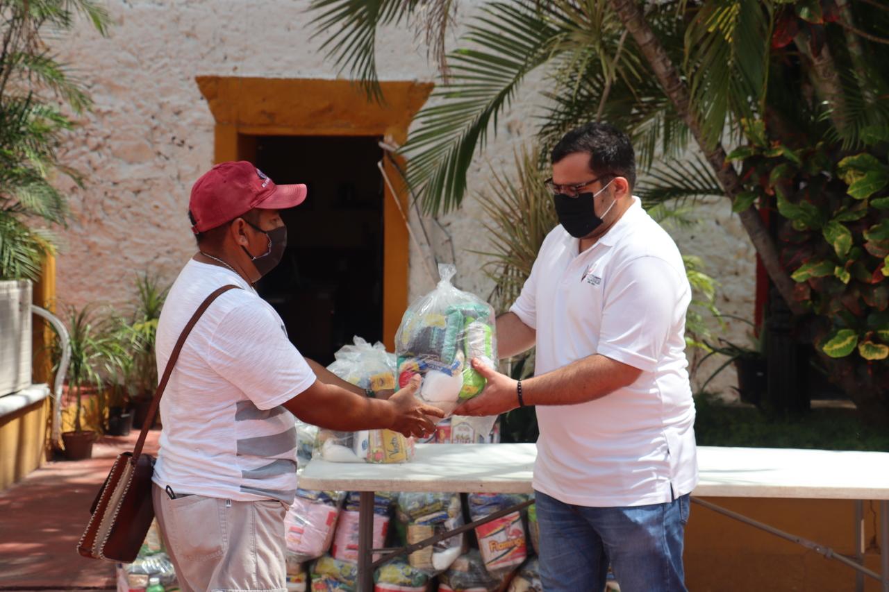 Entrega de apoyo alimentario del programa donación de sueldos de Alcalde y regidores