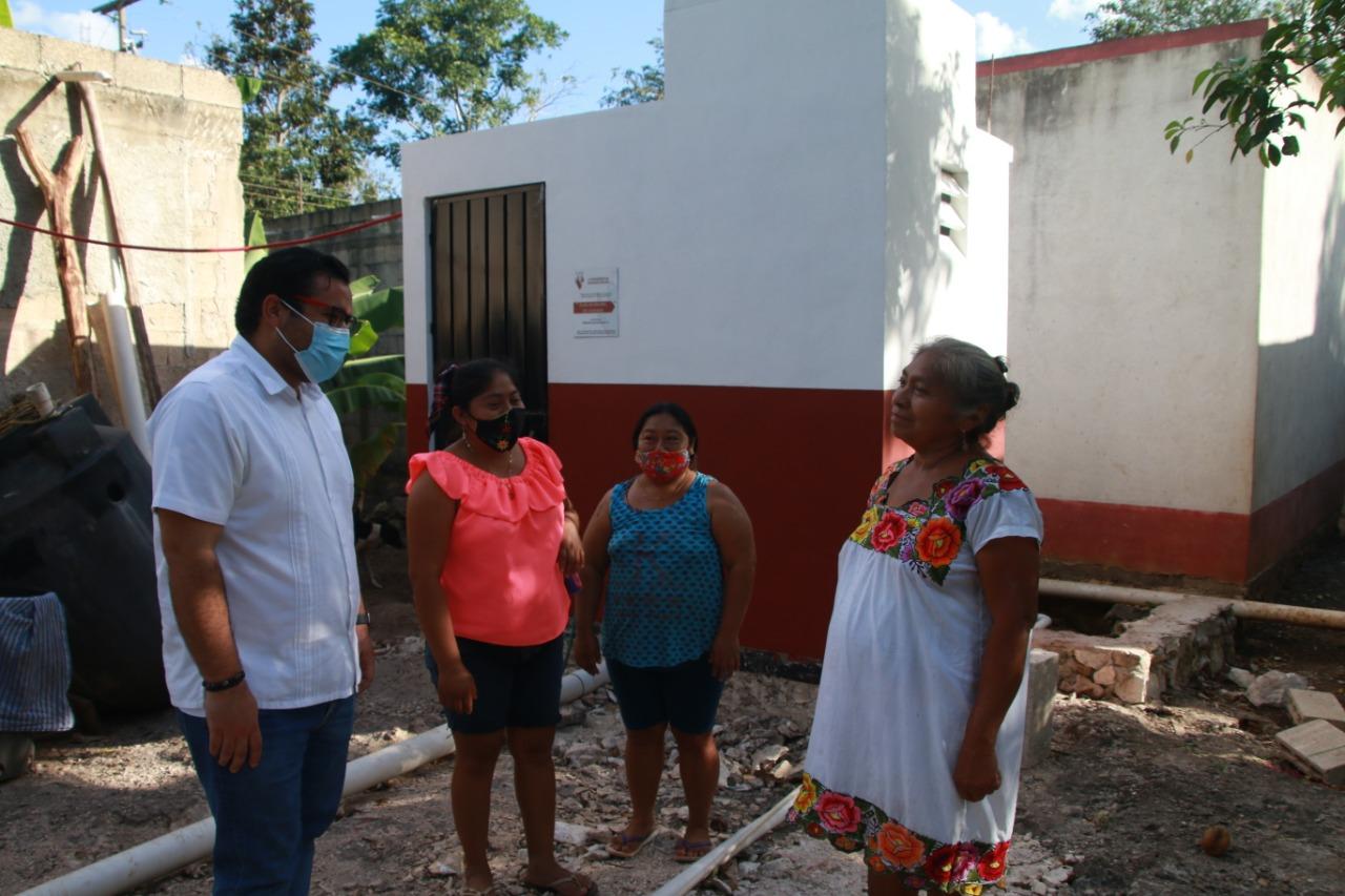 Alcalde, Enrique Ayora entregó baños en Yalcobá