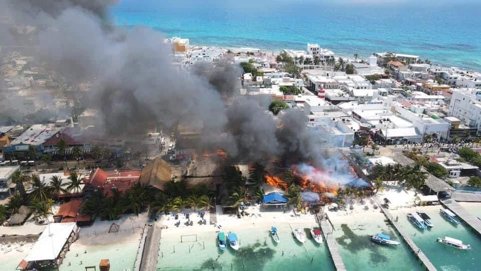 Incendio consume restaurantes en Isla Mujeres