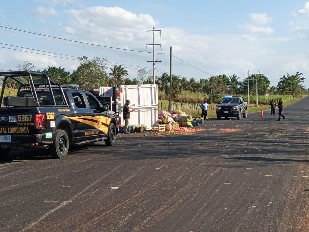 Camioneta que transportaba frutas vuelca en tramo Calotmul Tizimin