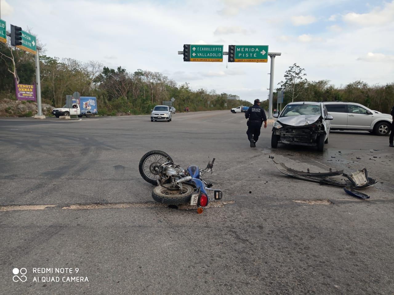 Por falta de precaución colisiona motociclista en periférico