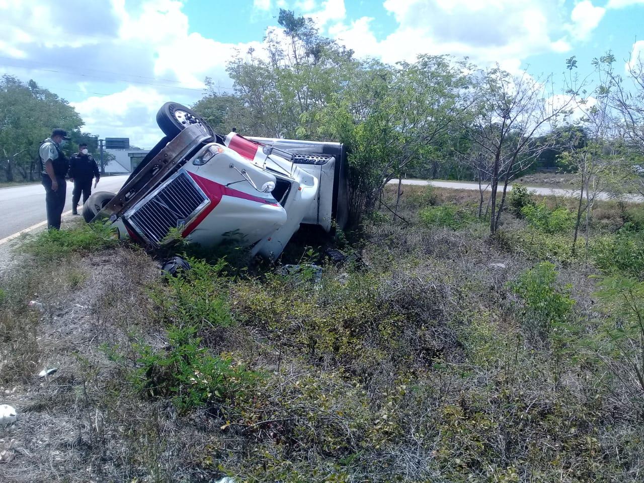 Camionero dormita y acaba volcado en la supercarretera
