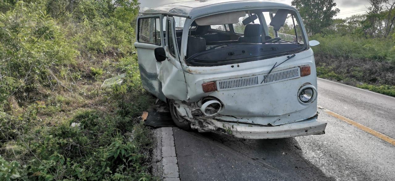 Combi se sale de carretera, sin lesionados