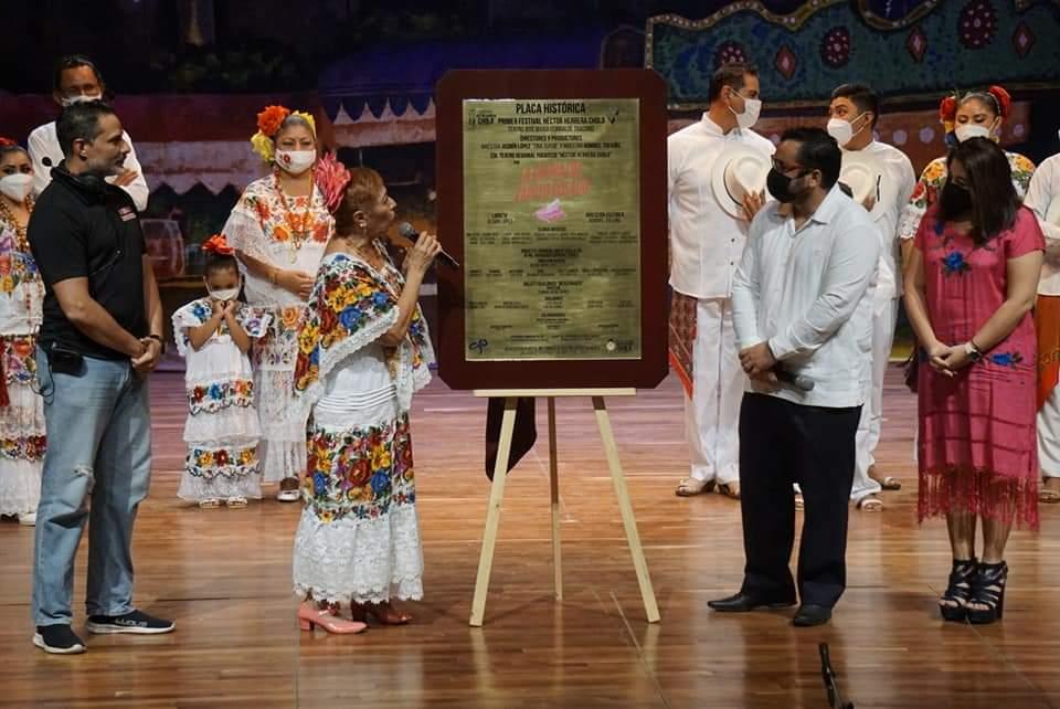 Presentan obra la dueña de la Zapatilla rosa y develan placa conmemorativa.