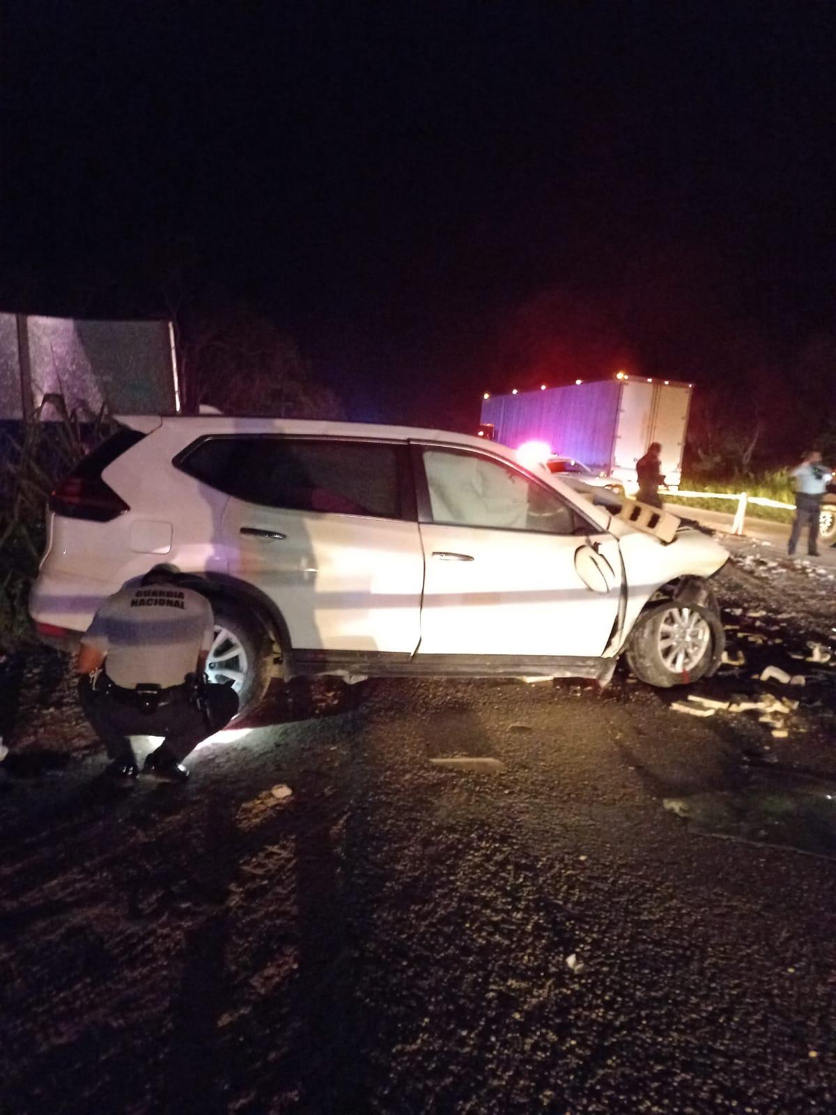 Conductor fallece prensado en su camioneta al colisionar con un trailer de materiales